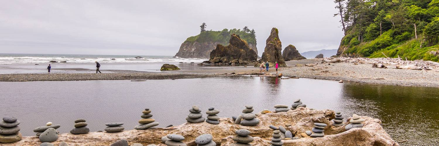 A great Kalaloch Lodge activity is to enjoy the beautiful sea stacks near Ruby Beach.