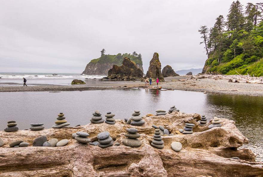 A great Kalaloch Lodge activity is to enjoy the beautiful sea stacks at Ruby Beach.
