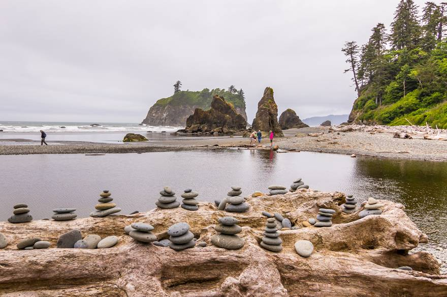 A great Kalaloch Lodge activity is to enjoy the beautiful sea stacks at Ruby Beach in Olympic National Park.